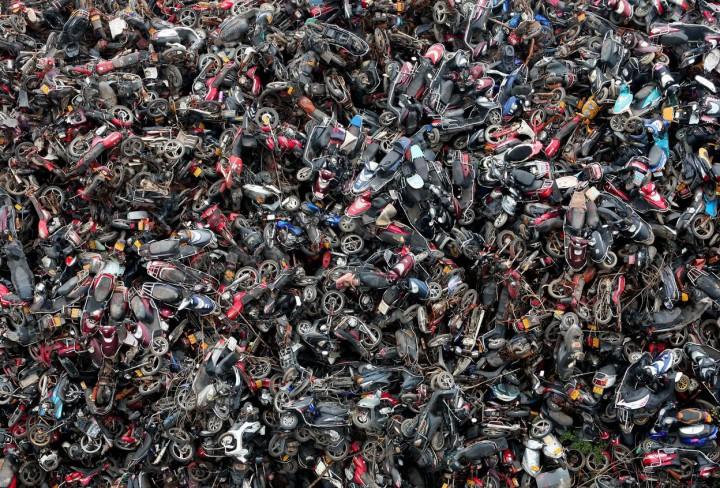 Фото дня - свалка скутеров