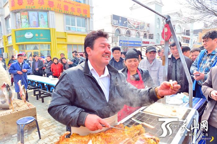 Китайский уличный перекус целым верблюдом