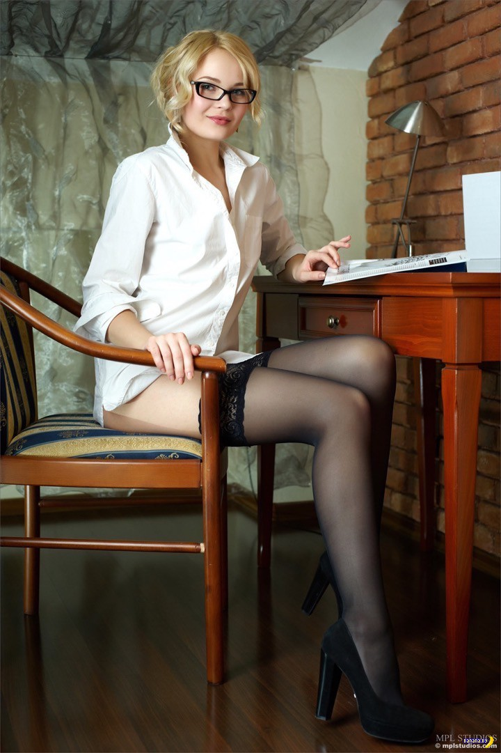 Blonde secretary Keira Nicole spreads fishnet stocking clad legs for oral  2050094