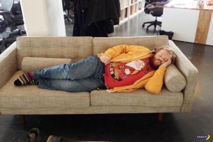 Парень просто уснул на работе...