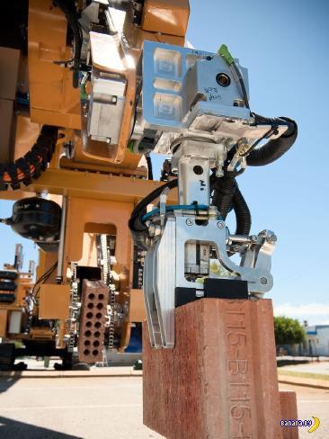 Робот кладёт кирпичи
