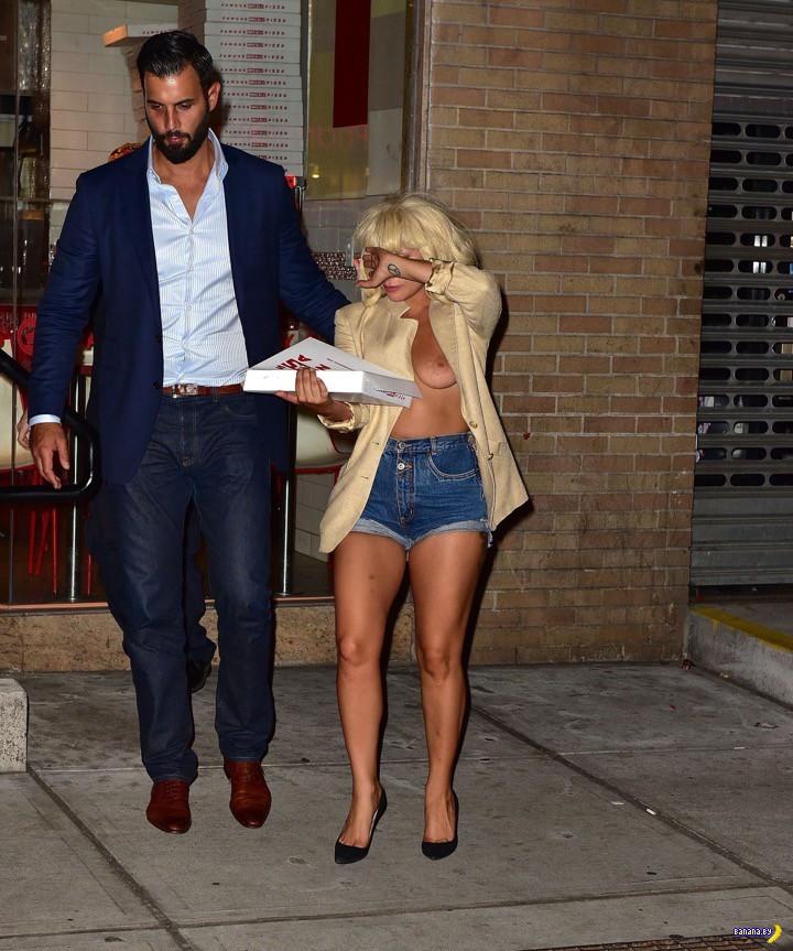 Леди Гага, сиська и пицца