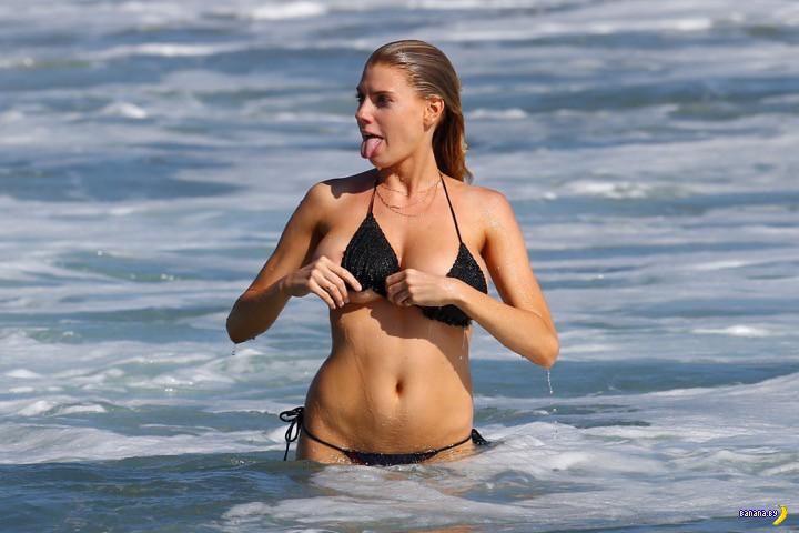 Шарлотта МакКинни мочит сиськи в океане