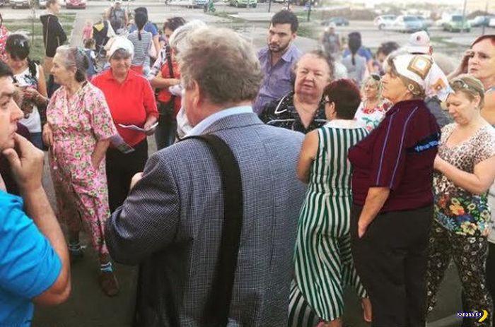 Толпы народа пришли на встречу с депутатом!