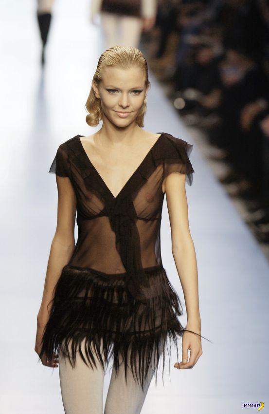 груди на показе мод