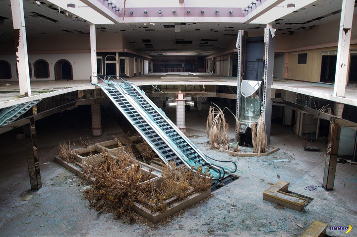 Заброшенный торговый центр и четыре сезона
