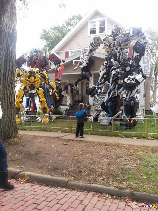 Люди украшают дома к Хэллоуину