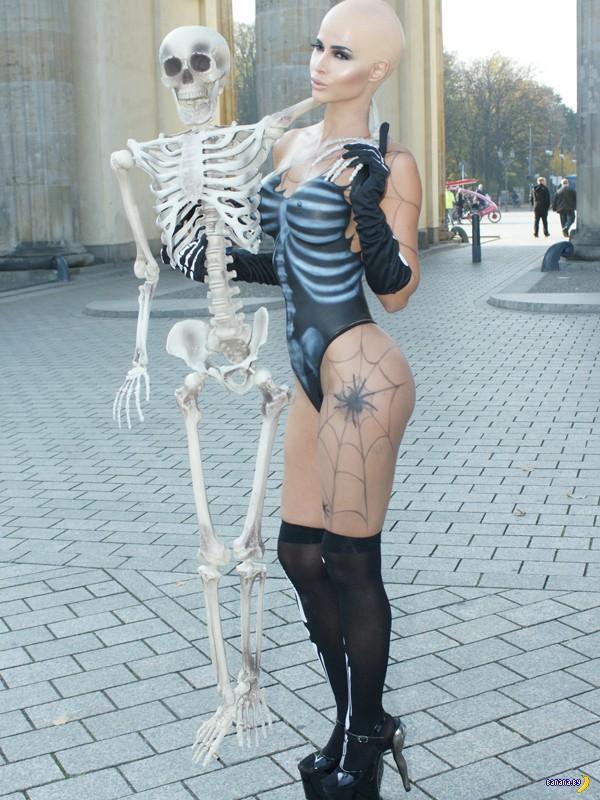 Микаэла Шефер и грядущий Хэллоуин