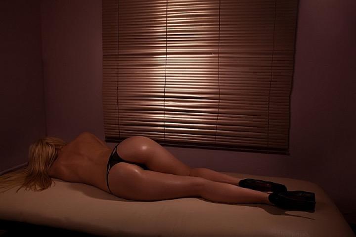 Зачем ходят в студии эротического массажа?