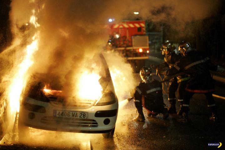 Новогодний привет из Франции – 800 сгоревших машин