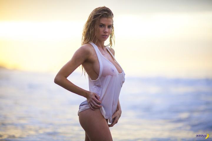 Шарлотта МакКинни на пляже
