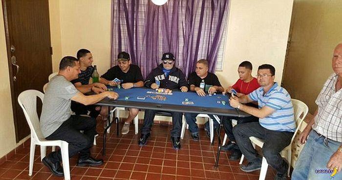 Немножко умер, но всё еще ходит играть в покер