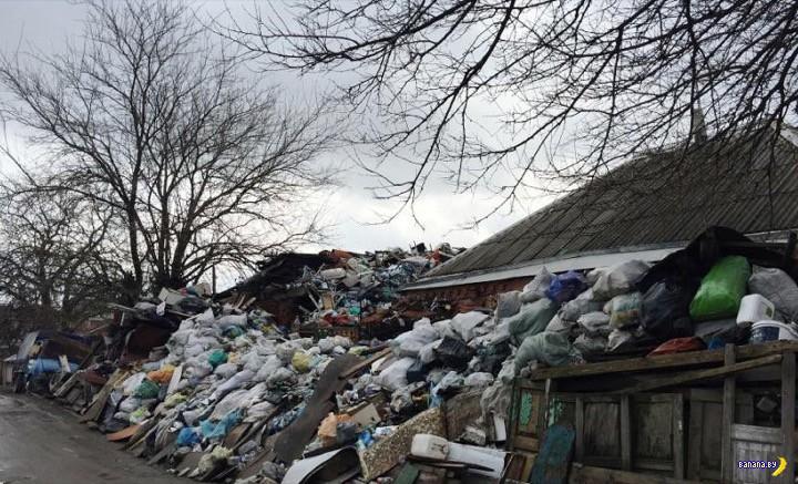 Насильно отняли мусор у россиянина