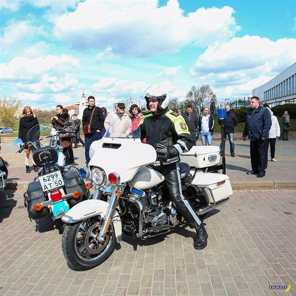 Глава МВД демонстративно приехал на мотоцикле