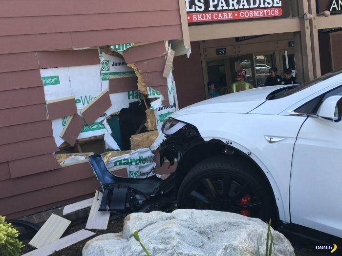 Первая подозрительная авария с Tesla Model X