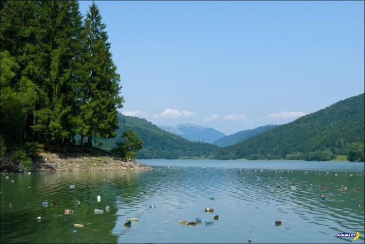 Уничтоженная красота озера в горах