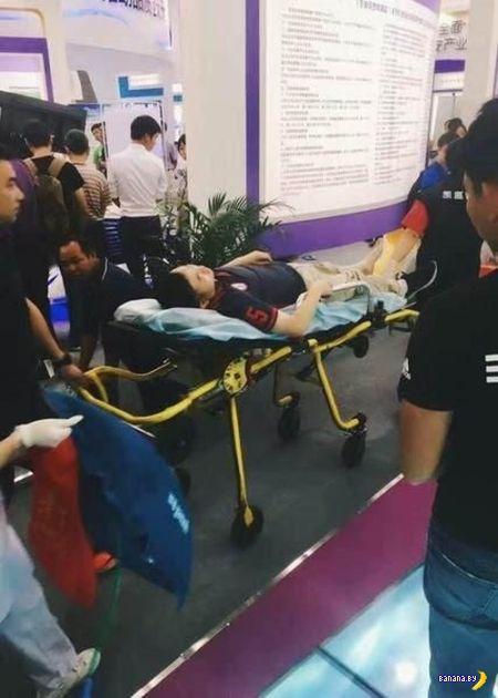 Робот ранил двух человек в Китае