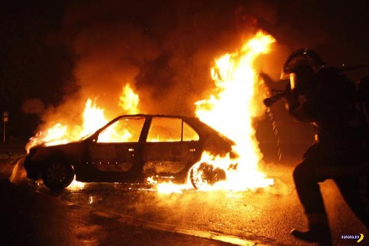Франция отгуляла - сгорело 650 машин