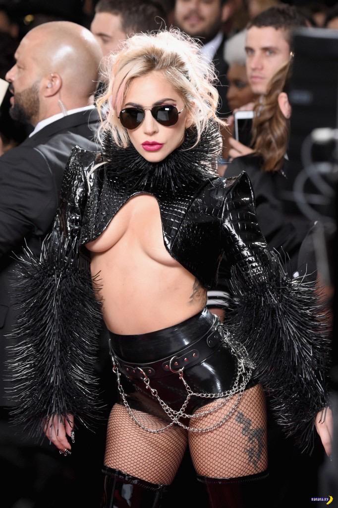 Леди Гага и Underboob
