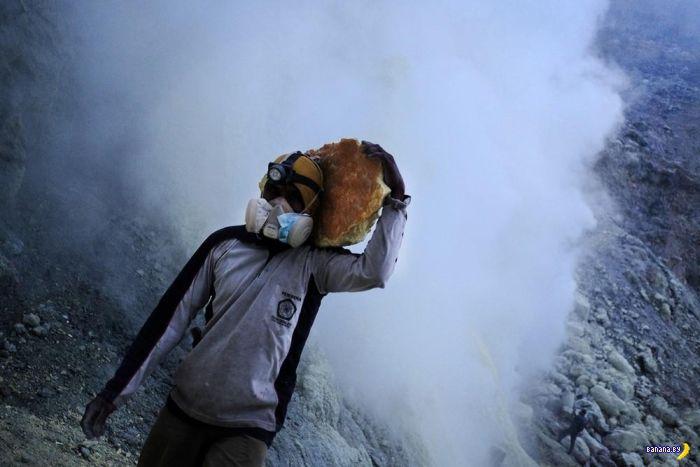 Добыча серы в Индонезии