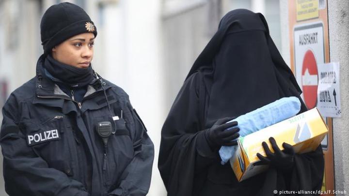 В Германии начали запрещать бурки и хиджабы