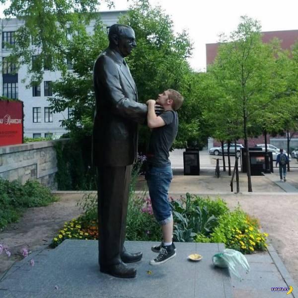 Со статуями всегда весело!