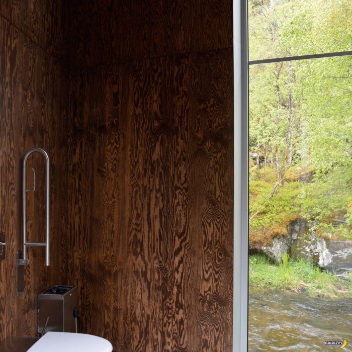 Красивый домик у водопада