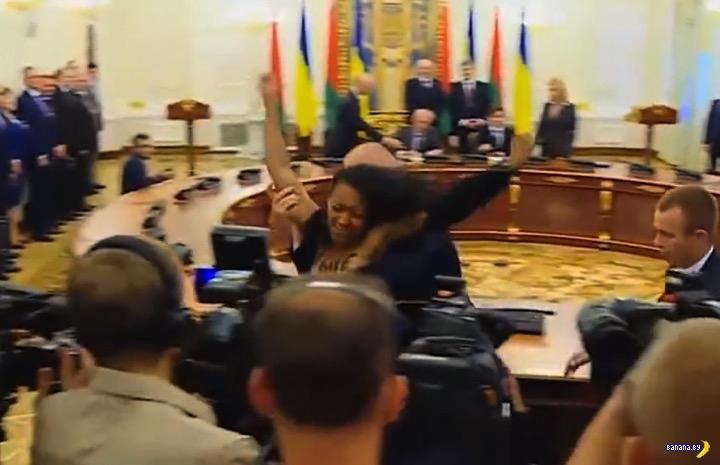 Активистка FEMEN протестовала сиськами в Киеве