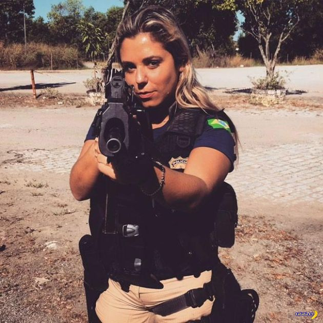 Офицер полиции в нерабочее время –секс-бомба