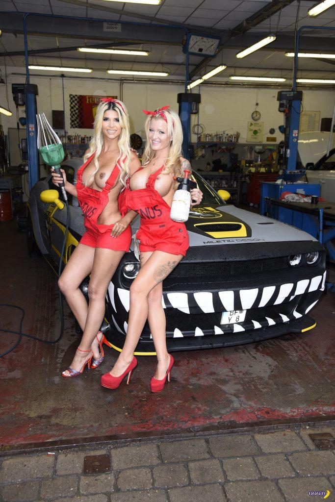 Микаэла Шефер с подружкой на автомойке