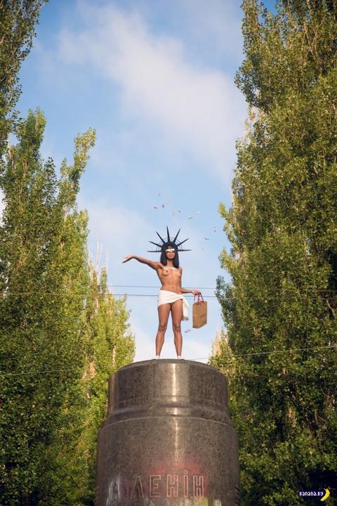 FEMEN: Ленин, сиськи, конфеты!