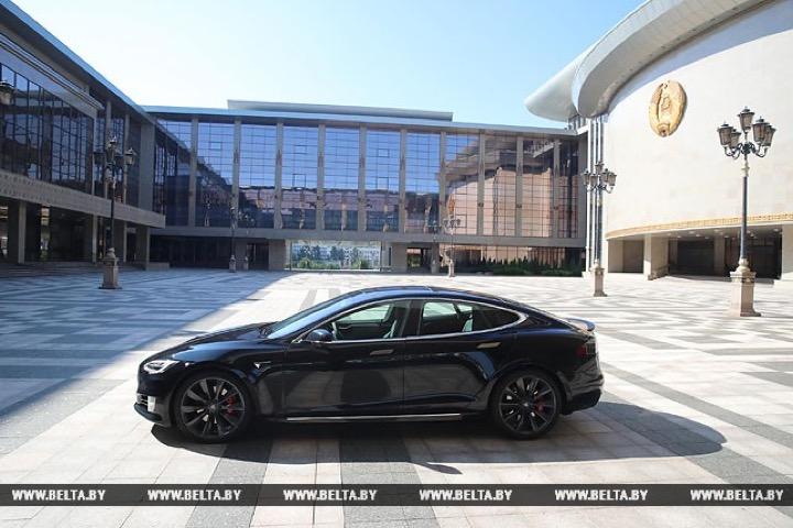 Лукашенко попробовал Tesla