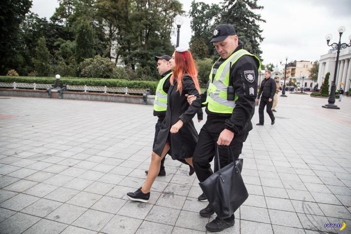 Новая акция FEMEN и новые сиськи