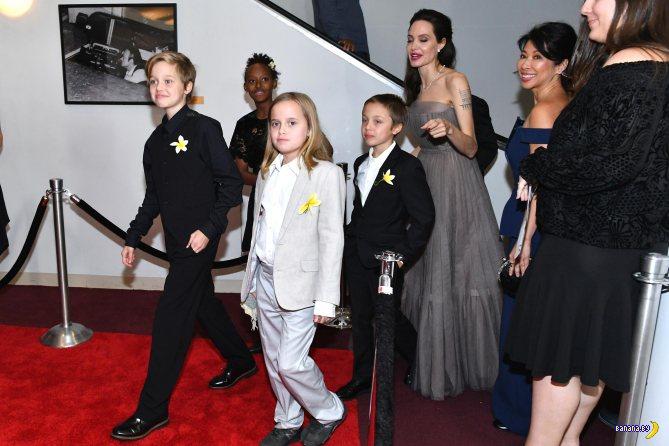 Анджелина Джоли и семейство