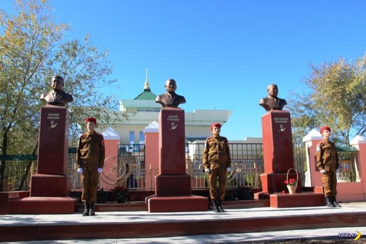 В России появился памятник Кобзону