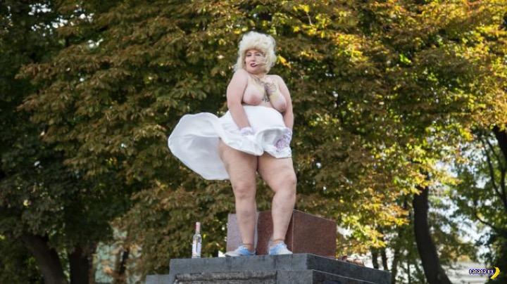 FEMEN поздравили Путина с днём рождения