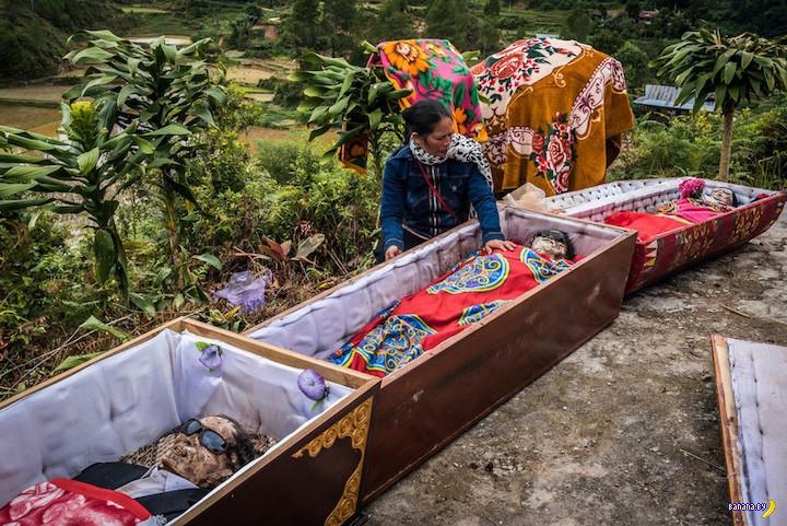 Очередной день очистки покойников в Индонезии