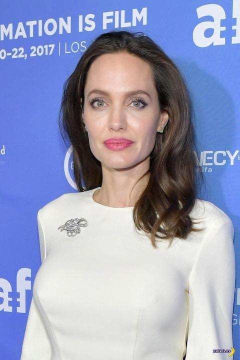 Анджелина Джоли в белом или золотистом