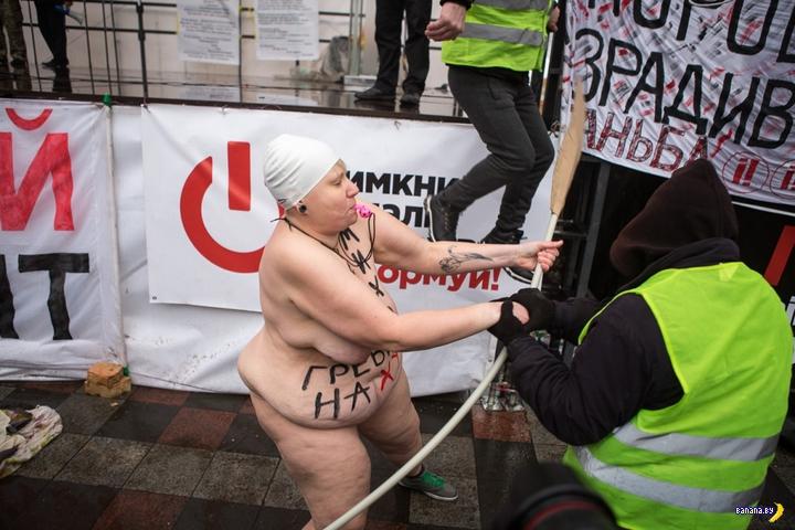 Женщина с веслом от FEMEN