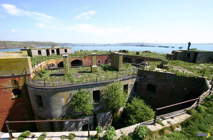А кому остров с фортом?