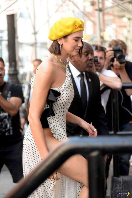 Певица Дуа Липа и её подозрительное платье