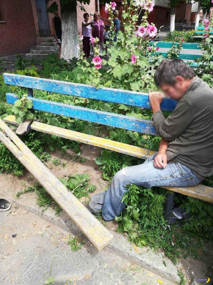 В Гомеле скамейка пыталась сожрать мужчину