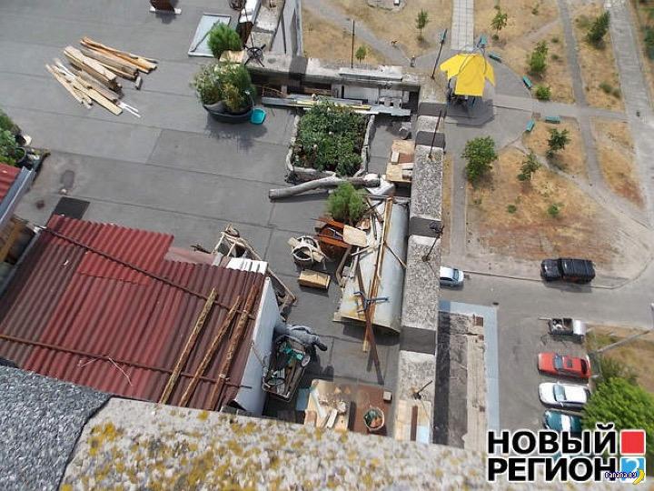 Построили дачу на крыше многоэтажки в Киеве