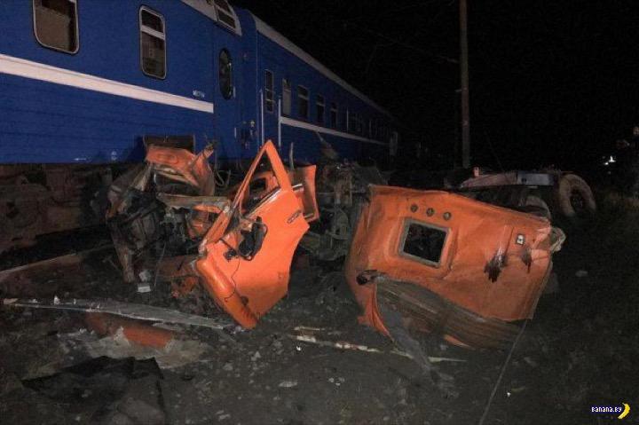 Поезд Минск-Адлер против КАМАЗа