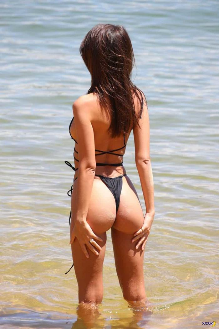 Эмили Ратаковски на пляже