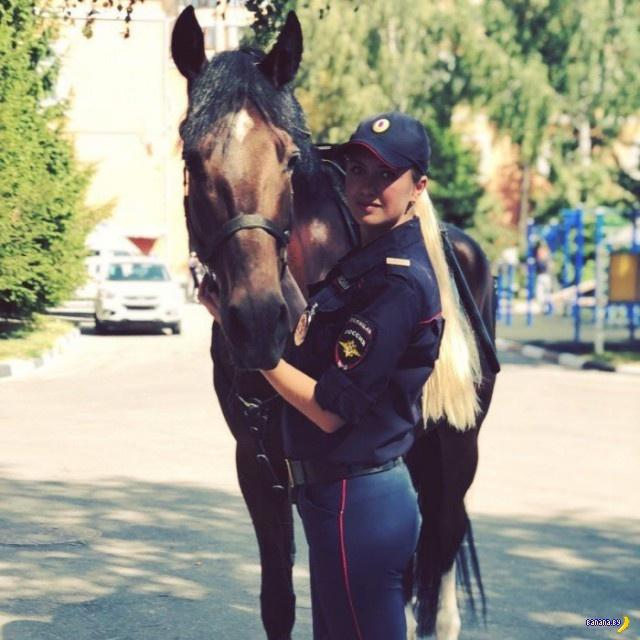 Красивые девушки из российской конной полиции!