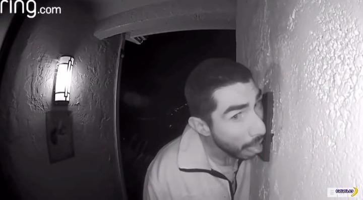 В США поймали маньяка, облизывающего дверные звонки
