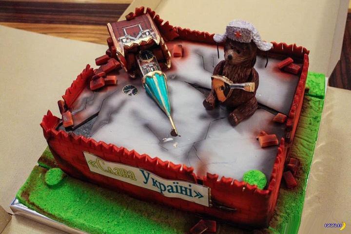 Торт в виде развалин Кремля