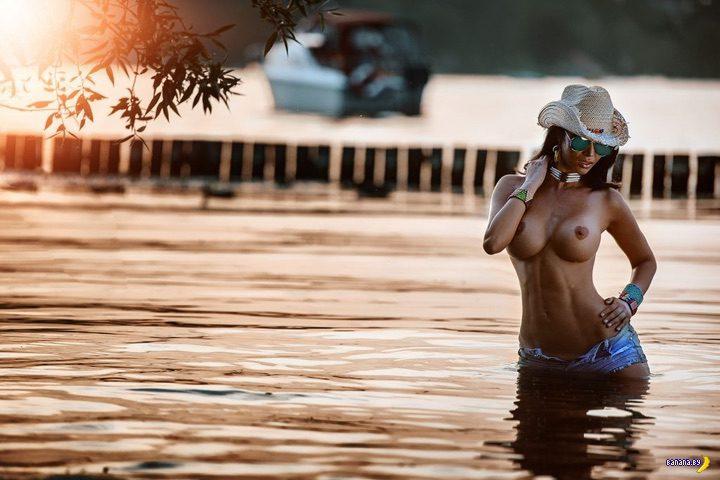 Микаэла Шефер голая в озере!