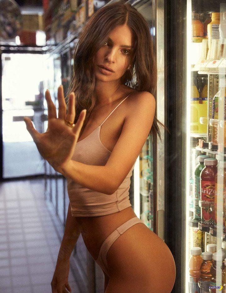 Эмили Ратаковски в белье в магазине